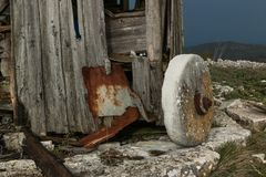 在Serra de Janeanes的被放弃的风车 免版税库存照片