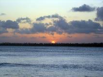在SerrambÃ北部巴西海滩的美好的日落  图库摄影