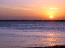 在SerrambÃ北部巴西海滩的美好的日落  免版税库存照片