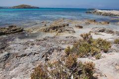 在Ses Illetes海滩和石头在福门特拉岛靠岸 免版税库存图片