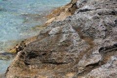 在Ses Illetes海滩和石头在福门特拉岛靠岸 免版税库存照片