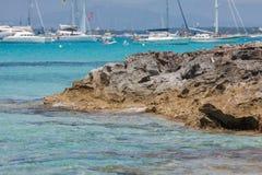 在Ses Illetes海滩和石头在福门特拉岛靠岸 库存照片