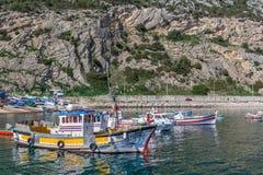 在Sesimbra钓鱼海港的Raditional渔船  免版税图库摄影
