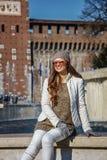 在Sforza城堡前面的妇女在坐在喷泉附近的米兰 免版税库存照片
