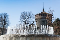 在Sforza城堡附近的喷泉 米兰,意大利 免版税图库摄影
