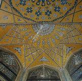 在Shah的madrasa母亲,伊斯法罕,伊朗的波斯马赛克 免版税库存照片
