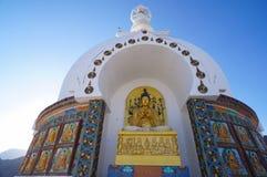 在Shanti Stupa在Leh,拉达克,印度的菩萨雕象 免版税图库摄影
