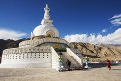 在Shanti Stupa附近的喇嘛西藏步行 免版税库存照片