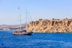 在Sharm El谢赫附近海岸的游艇  免版税库存图片
