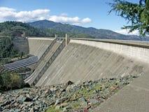 在Shasta湖的Shasta水坝 免版税图库摄影