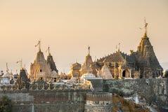 在Shatrunjaya小山顶部的耆那教的寺庙 库存照片