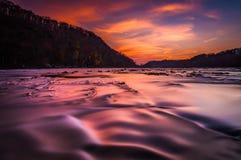 在Shenandoah河的长的曝光日落的,从竖琴师的轮渡,西维吉尼亚 库存照片