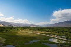 在Shey宫殿前面的池塘在Leh拉达克 库存图片