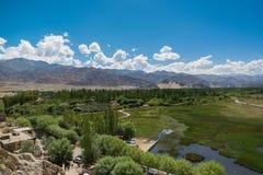 在Shey宫殿前面的池塘在Leh拉达克 库存照片