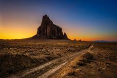在Shiprock上的日落在新墨西哥 免版税库存图片