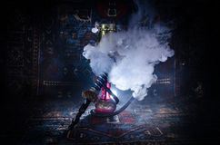 在shisha的水烟筒热的煤炭滚保龄球有黑背景 时髦的东方shisha Shisha概念 复制空间 免版税库存图片