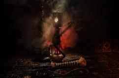 在shisha的水烟筒热的煤炭滚保龄球有黑背景 时髦的东方shisha Shisha概念 复制空间 库存照片