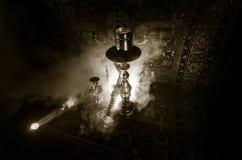 在shisha的水烟筒热的煤炭滚保龄球有黑背景 时髦的东方shisha Shisha概念 复制空间 免版税库存照片