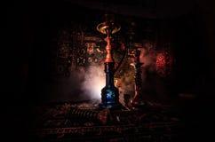 在shisha的水烟筒热的煤炭滚保龄球有黑背景 时髦的东方shisha Shisha概念 复制空间 图库摄影