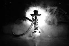 在shisha的水烟筒热的煤炭滚保龄球有黑背景 时髦的东方shisha Shisha概念 选择聚焦 库存图片