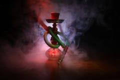 在shisha的水烟筒热的煤炭滚保龄球有黑背景 时髦的东方shisha Shisha概念 选择聚焦 免版税库存照片