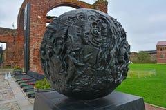 在Shlisselburg,俄罗斯附近雕刻与巨大爱国战争的防御者军事场面的球形在堡垒Oreshek 库存照片