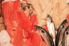 在shopboard的新红色鱼和海鲜安排 免版税库存照片