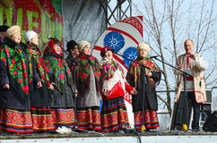 在Shrovetide庆祝期间的讲话非职业合唱集体, 免版税库存图片