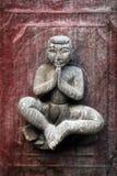 在Shwe南Daw Kyaung,缅甸的古老被雕刻的木图 库存照片