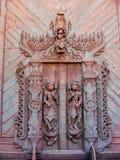 在Shwe的被雕刻的木门在容器Kyaung修道院里在曼德勒, 库存图片