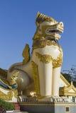在Shwedagon塔南入口的Singha 免版税库存照片