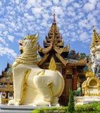 在Shwedagon塔的大狮子监护人雕象 库存图片