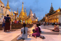在Shwedagon塔的微明 库存照片