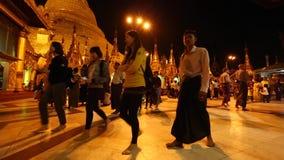 在Shwedagon塔的许多人民参观 股票录像