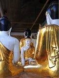 在Shwedagon塔的金和白色菩萨雕象在仰光 免版税库存照片