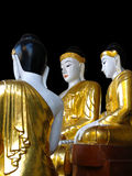 在Shwedagon塔的金和白色菩萨雕象在仰光 库存照片