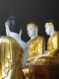 在Shwedagon塔的金和白色菩萨雕象 免版税图库摄影