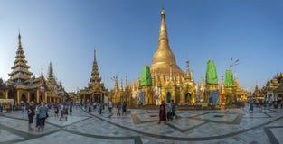在Shwedagon Paya的金黄stupas 免版税库存图片