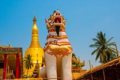 在Shwemawdaw塔的Chinthe,在缅甸的Bago 缅甸 图库摄影