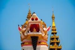在Shwemawdaw塔的Chinthe,在缅甸的Bago 缅甸 库存图片