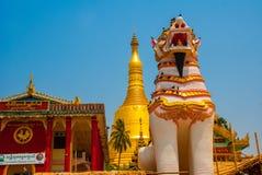 在Shwemawdaw塔的Chinthe,在缅甸的Bago 缅甸 库存照片