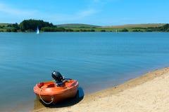 在Siblyback湖博德明的小船停泊康沃尔郡英国英国 库存图片