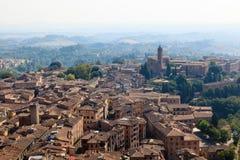 在Siena和附近的小山城市的鸟瞰图 库存图片