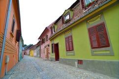 在Sighisoara,罗马尼亚的中世纪街道视图 免版税库存图片