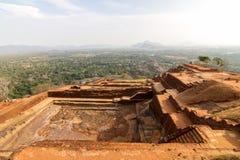 在Sigiriya狮子的岩石宫殿顶部的废墟 库存照片