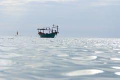 在sihanoukville,柬埔寨的一条小船 免版税库存图片
