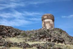 在Sillustani archaelogical站点的埋葬塔  秘鲁 免版税图库摄影