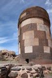 在Sillustani archaelogical站点的埋葬塔  秘鲁 库存图片