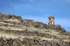在Sillustani archaelogical站点的埋葬塔Chullpas  普诺大区 秘鲁 免版税库存照片