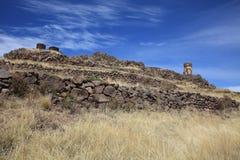 在Sillustani archaelogical站点的埋葬塔Chullpas  普诺大区 秘鲁 免版税图库摄影